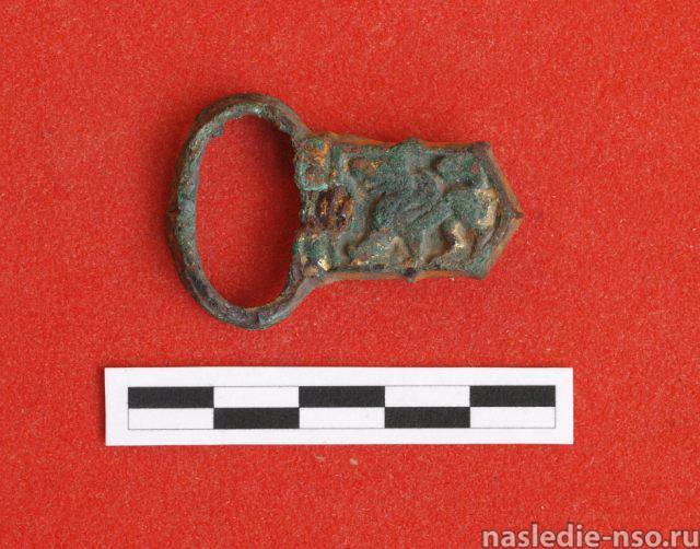 Бронзовая, с остатками позолоты пряжка конской упряжи с изображением крылатого хищника (эпоха средневековья)